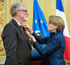 Das Bild zeigt die französische Botschafterin bei der Übergabe der Auszeichnung